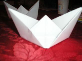 pliage de papier en forme de bateau marion et mick. Black Bedroom Furniture Sets. Home Design Ideas